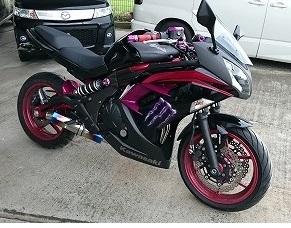 このバイクの名前教えてください。 あと、どうしたらこのような塗装にしてもらえるのですか? バイクに詳しくないので教えていただきたいです。