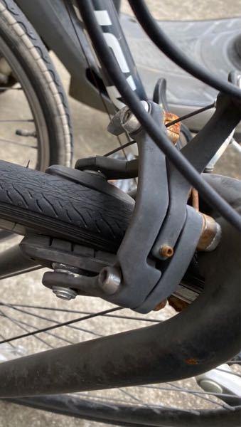 前輪ブレーキの壊れた クロスバイクを譲り受ける事になりました。 お聞きしたいのは、 画像を見ていただいて 素人が工具で修理出来るレベルなのか 自転車屋さんに持って行くレベルなのか その場合、交換なり修理はおいくらくらいになるのかを教えて下さい。 画像わかりづらくてすみません。 走行中にエコバッグを巻き込んでしまったみたいで、 ブレーキがききっぱなしの状態です。 よろしくお願いします。