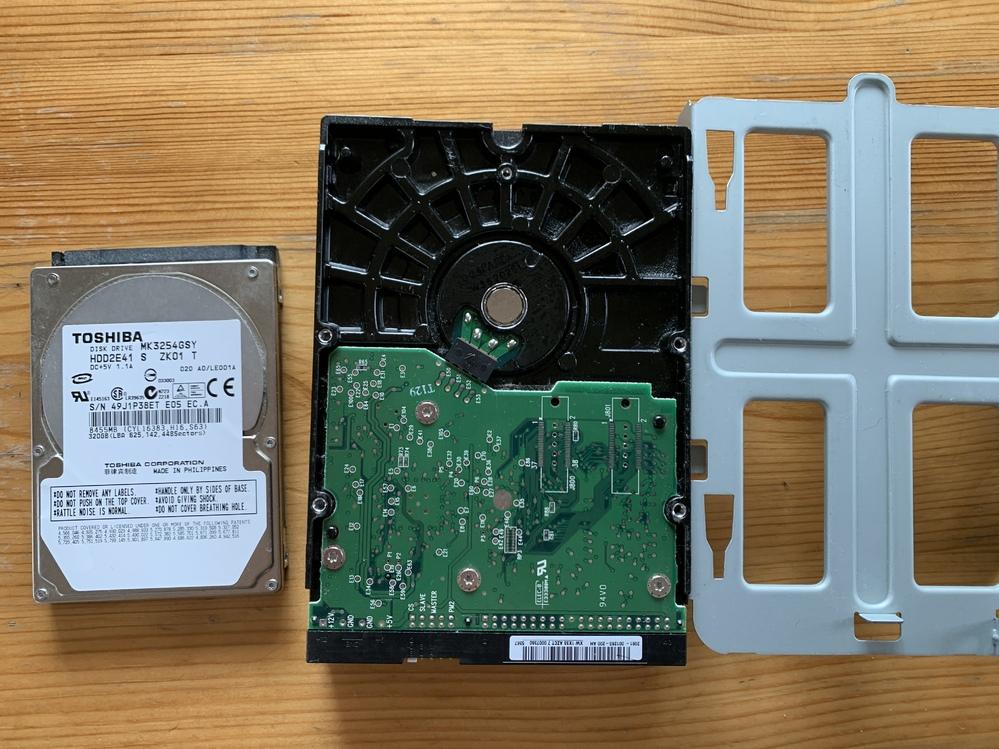 壊れたパソコンについて悩んでいます。 今現在はノートパソコンを使っています。 5年ほど前にノートパソコン、10年ほど前にデスクトップが壊れて、壊れたパソコンはそのまま自宅に置いてあります。 そのまま放置してしまっていたものをどうにかしなければと、まずは10年位前のデスクトップの方は、子供の小さい頃の写真が入っているかもしれないのでデータを取り出そうとしています。 ですが、購入したものが違ったようで取り出せませんでした。 データは取り出せたら嬉しいですが、壊れたまま放置してしまっていたので、無理でも仕方ないなと思ってはいます。 ⭐︎データを取り出す際に必要なものは写真のものでは間違いでしょうか? もし正しいもの、他に便利なものがあれば教えてほしいです。 ⭐︎載せた写真のハードディスクは取り出したのですが、壊れたパソコンは処分して大丈夫でしょうか?まだ取り出して置いた方がいいものはあるのでしょうか? 載せたハードディスクはデスクトップです。 後でノートパソコンのハードディスクも取り出すつもりです。 他にも何かあれば教えて頂けると助かります。 すみませんが、よろしくお願い致します。