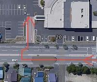 駐車場に入りたいのですが、画像の中央分離帯を右折して駐車場に入っても大丈夫でしょうか?
