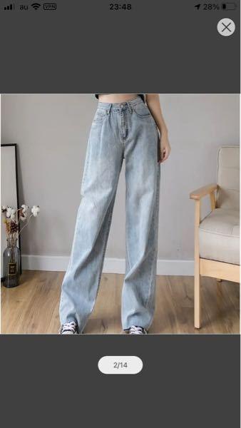 写真のような薄いジーンズに似合う柄シャツを探しています。 できればカジュアルな柄で学生でも購入しやすい値段がいいです。 もしご存知の方がいらっしゃればご回答お願い致します。