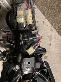 バイクのウィンカーリレーの接続についての質問です。 FTR223に乗っています。 純正のウィンカーの点灯音が小さいため、キタコのウインカーリレーを取付ました。 端子が合わないので、キボシ端子とケーブルで接続しました。 きちんと動作をするのですが、しばらく乗るとウィンカーがつかなくなる事があります。 接触が悪いのではと思うのですが、何かアドバイスを頂けないでしょうか。 とりあえず、この写真の状...