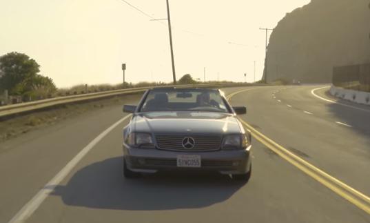 このビデオで男性が乗っているベンツのオープンカーは何という名前の車ですか? https://youtu.be/9f2-kFeaYX8