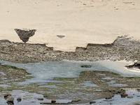 沖縄の海の岩場の切り込みについて  沖縄の海岸で、磯の岩場に人工的に削った様な跡をよく見かけます。 これは何でしょうか。 わかる方おりましたらご教示お願い致します。