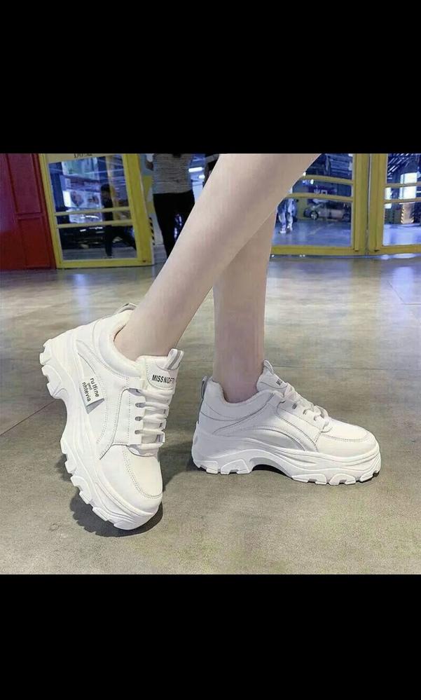 足が大きく、可愛い靴が履きたくてもサイズがなくていつも困っています。 写真のような韓国系の厚底スニーカーで25.5~26.5cmくらいの大きさのスニーカーが売っているサイトなどがあったら教えてほ...