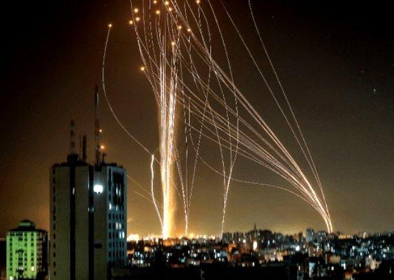 (yahoo.ニュース) 過去数年間で最悪の戦闘中、イスラエルの「アイアンドーム」は、 自軍の無人機も撃ち落としていた。 https://news.yahoo.co.jp/articles/662de8451d5e23163983795d0b10e12b6d931fa1 ガザ地区で11日間に渡って激しい戦闘が繰り広げられた際、イスラエルの「アイアンドーム」は数千発のロケット弾に加えて、敵のドローンにも直面した。後者の迎撃は同システムにとって初めての事だったという。 . 逆に、これは小さなドローンも撃墜できるんだぞ!アピール?