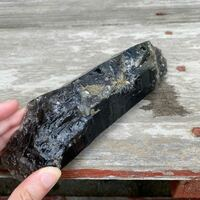 鉱石や石などに詳しい方にお尋ねしたいのです。 写真の鉱石の名前をご存知の方いらっしゃいますでしょうか?  何個かあるのですが、黒いものがほとんどで、一部透明度が高いものもあります。透明に近いものもあります。  形は写真の様な鉱石独特の形をしています。  大きさはバラバラで大きいものだとペットボトルくらいのサイズから手に乗る小さな割れた破片もあります。重さはずっしりとしています。