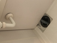 浴槽の排水溝にホースが入っている場合の掃除はどのようにすればいいでしょうか? いつもは浴槽内でお風呂に入っています。髪の毛などはこのホースでここに流れてくるような形だと思います。ホースは刺さってるだけなので上に取れました。洗面台と手前のエプロンがくっついているので外そうと思いましたが、外せなかったです。  パイプユニッシュなのでやった後、歯ブラシとかで髪の毛掻き出してるのですが、中の中は...