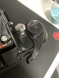 PENTAX67について教えてください。  巻き上げレバーが写真の状態から右に動かないのですが故障でしょうか? 説明書も見て、ダイヤルを押しながら回して~と記載あったのですが、押してる間隔はなく回しても数字が動かない状態です。 ※電池は入っていません。 ※当方カメラの知識が全く無いです。