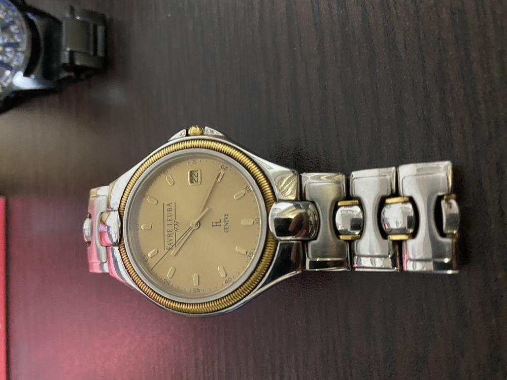 こちら30年ほど前(あてになりませんが…)に祖父が祖母に買ってもらったファーブル・ルーバの時計なのですが型式(? )を調べてみてもこれの色違いは見つかるのですがこれと同じ商品が見つかりません。 偽物でしょうか……? 背面の型式みたいなのはF51-110と表示されてます。