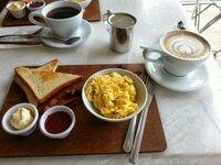 朝食がこれなら飲み物はコーヒーとカフェラテのどちらが良いですか?