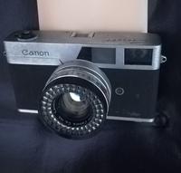 古いカメラについて。  倉庫から出てきた、かなり古いフイルムカメラ。 キャノン製ですが、このカメラの型式が分かる方いますか?