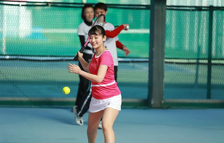 テニスウエアを着てテニススクールに通っている主婦さんをあなたはどう思いますか。イメージとしてはこんな感じです。