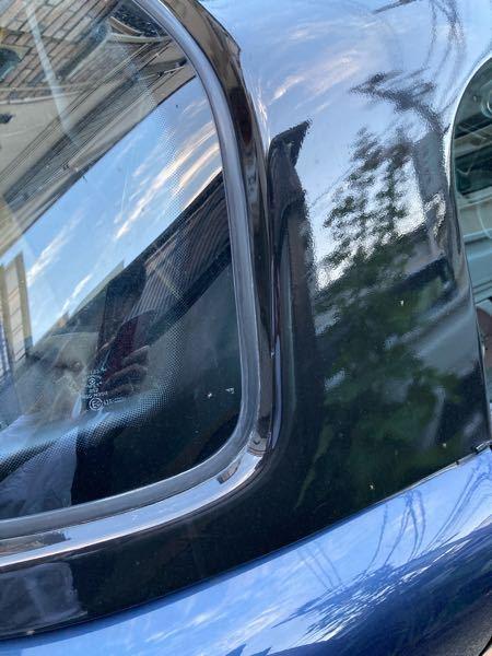 細かくて見えづらいかもしれませんが夕方ごろ車に蚊?コバエ?のようなものが大量に湧きます。この虫は一体なんでしょうか。また寄ってこないようにするためのおすすめの商品はありますか? 虫コナーズを置いてみても全く効きません。車の色は写真のように黒と紺で少し光沢があります。 車の中には芳香剤が置いてあり割と匂いが強いのでそれも原因の一つかもしれません。