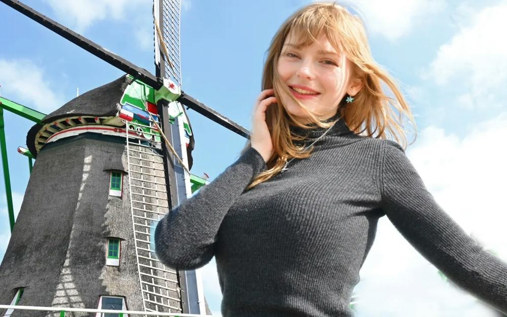 オランダの美女ユーチューバーは卓球しないのですか? けっこうデカいのです。