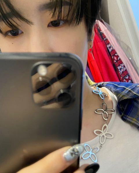 これはハンビンですか? ハンビンファンの方がネックレスがお揃い?あげたもの?でこの画像を載せていたのですが こんなネイルしていましたか? iKON