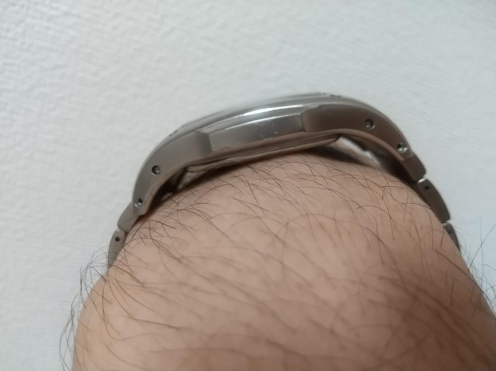 腕時計の手首への沿い方。別の質問でグラグラ不安定な例を書いております。 裏蓋が厚く、ラグ位置が高いとラグ付近に隙間が大きく空きますね。 わたしはこの現象が苦手です。 画像のは昔に買ったWIREDワイアードのアークイズムというシリーズでまさしく曲線を意識しておりラグが長く下方まで伸びやじろべえ状態を回避しております。 他には隙間スペースを埋めるための部品を装着してる機種もありますね。 というわけで、グラグラしないようにうまく工夫されている機種を ご教示お願い致します。 (ポイントはラグ位置が低い事だと思っております。)