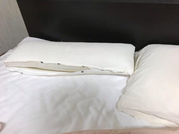 このような形の枕は何という名前でしょうか?奥行きが普通の枕の半分ほどの細い形です。 カバーが痛んでいるので交換するか、あるいは同タイプの枕を新調するかしたいのですが、名称が分かりません。