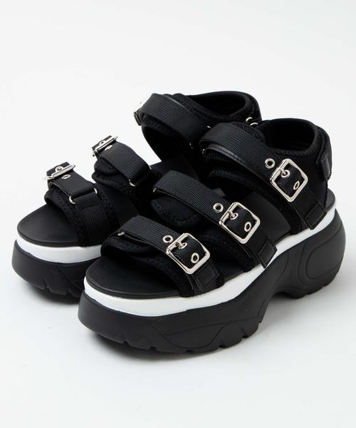 私は男なのですが、低身長と細身体型のコンプレックスからよく身長を盛れるような靴を選びがちで、 写真のWEGOの黒の厚底サンダルを購入するか考えています。レディースなのですが、黒ならメンズ用でもいけるでしょうか?女性の方から見たらどう思われるか意見をお聞きしたいです。