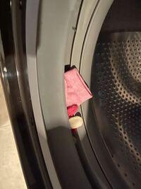 ヒートリサイクル 風アイロン ビッグドラム BD-SX110Fを購入して、3日目になります。 4回洗濯をした所。  扉のゴムパッキンの所に靴下が1足か2足必ず挟まってます。  この様な不具合の対処法を教えてください。  もしくは、こちらは、交換対象の商品になるんですかね?