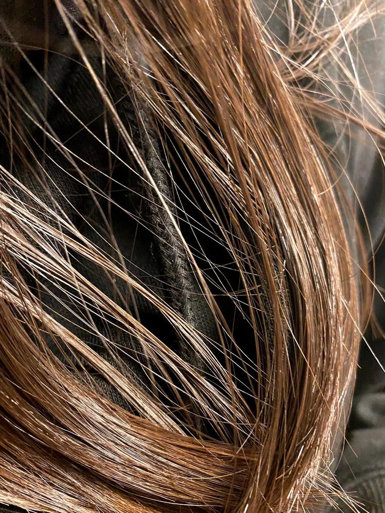 私は髪が生まれつき茶色です。 黒色に染める以外でなれたりできますか?