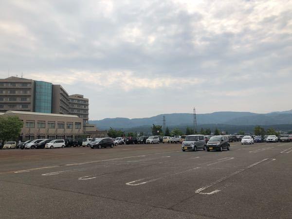 駐車する際に、皆と離れた場所に駐車する方をどう思われますか? 写真の右側2台の車の停め方についてです