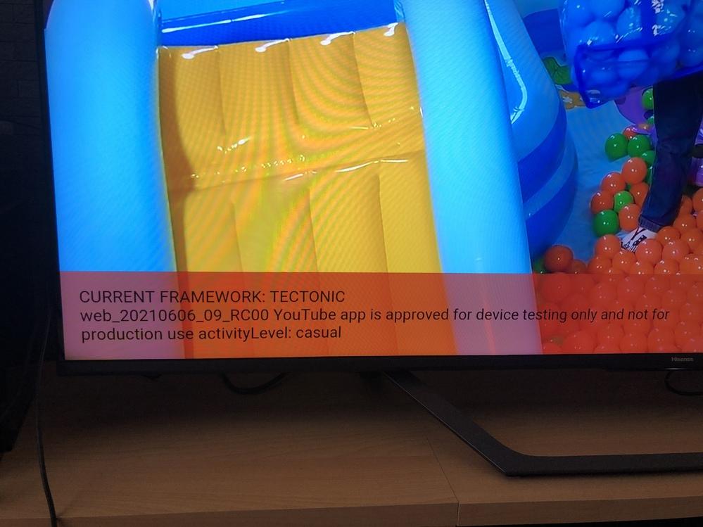 Youtubeをテレビ内臓のアプリケーションで視聴していたところ画面左下に赤い枠で英語表記のもの