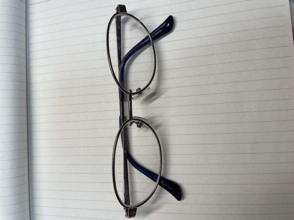 至急お願いします。 女子高生がこの眼鏡をつけていたらどう思いますか? 授業中しかかけません。 自分ではおばさんくさいかなって思ってます。他の人はコンタクトかレンズの大きいものが多いので なるべく...