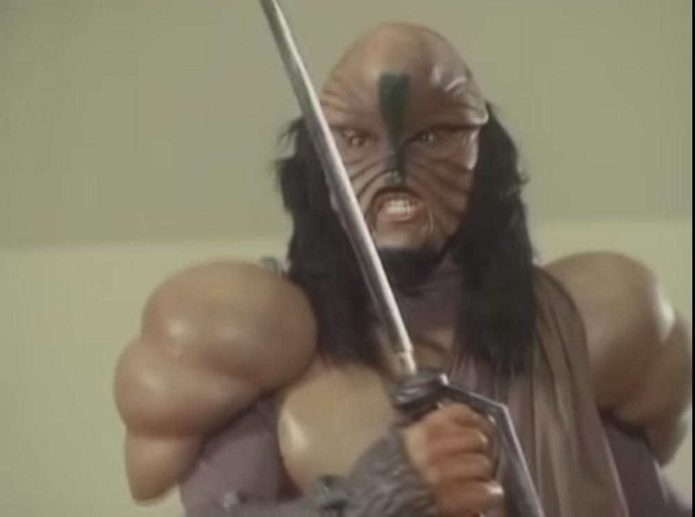 アニメや特撮作品の中で「敵への復讐のため、他者を傷つけようとしてしまう」と聞き、思い浮かべるのはだれですか? 下記は『ドクターネロンがインヴェードする片瀬博士の講演会の会場に出現し、片瀬博士ごと殺そうと襲いかかるワジワジ族の戦士』です。