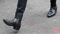 bts ジミンが履いているこのブーツはサンローランの何という品ですか?