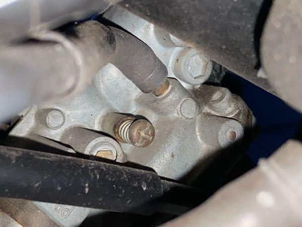 APE50(エイプ)のキャブでアイドリングを調整するのはどこを回せばいいのでしょうか? 裏側から撮ったキャブです。裏からなので綺麗に撮れませんでした。