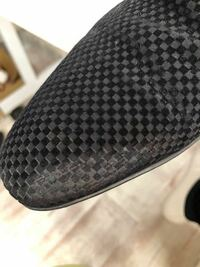 ルイヴィトンの靴のつま先を擦ってしまいました。 少し特殊な素材のルイヴィトンの靴のつま先を擦ってしまいました。 この擦れを目立たなくすく方法はあるでしょうか?