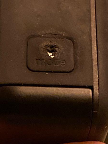 gopro hero7 blackを使ってるのですが 電源(モード切替)ボタンの所のカバーが へこんでましまって普通に押せず効きにくいです。 中心部には穴が空いてしまって中のスイッチみたいなのが見えてます。 普通に押せないので爪先で何とか押してますが修理方法はありますか? このカバーみたいなのは取替すれば治るのでしょうか?その場合、簡単にカバーは入手、取替出来ますか?