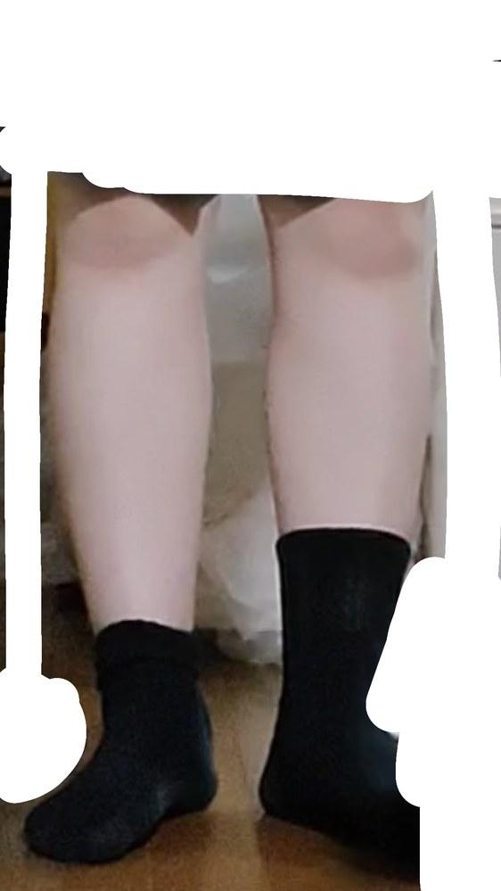この足で街中歩いてる女子高生をどう思いますか? 久しぶりに制服を着る機会があるのですが、足が太すぎて外に出たくないです… スカートの部分白で塗りつぶしてます。 折ったりしないでこの長さです(;_;) 動画をスクショした画像なのでちょっと立ち方おかしいです、すみません。 街中でこの足を見たらどう思うか、靴下の長さは右か左どっちがいいか教えて欲しいです。 あと、外に出ることは変わらないのでなんか適当に勇気づけて欲しいです…笑