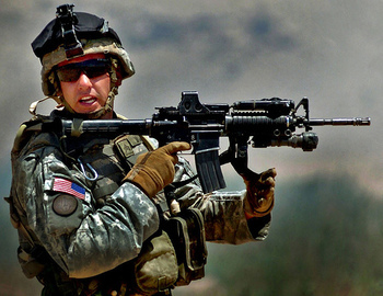 現代の軍隊の装備について。 現代の戦場の米軍兵士等の画像を見ると、ゴーグル若しくはサングラスを着用しています。 ですが、ベトナム戦争時代では、ゴーグルやサングラスを着用していません。せいぜい基地内で休憩中の兵士がサングラスをしている画像しか見たことないです。 いつ頃から軍隊では、ゴーグルやサングラスを着用するようになったのでしょうか?
