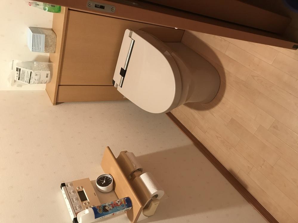 トイレリフォームについて詳しい方お聞かせください わが家の2階にあるトイレを新しくします。 今のものはTOTOのウォシュレットA3 TCF4631Bという品番です。 トイレの背面が棚になっていて、この中に貯水タンクがあるのではと思います。写真も見てください。 家を建てた工務店からは、置き換えなら同じTOTOのレストパルを勧められました。そこで以下三点教えてください ① 私はPanasonicのアラウーノを考えていますが、これにすることは可能でしょうか。 ② アラウーノにすると背面の棚をとりはらったり、床のクッションフロアや壁紙を張り替えないとだめでしょうか。 ③ また、2階にあるため今の機種がタンク式になっていれば水圧の関係でアラウーノは対応できるでしょうか。