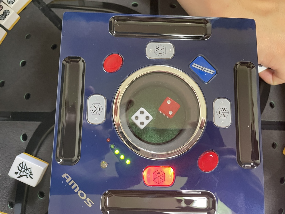 自動麻雀卓を買い、牌を入れて作動させたのですが写真のような感じになり上手く積んでくれませんどうすればよいのでしょうか? 機種はamosjp2です。