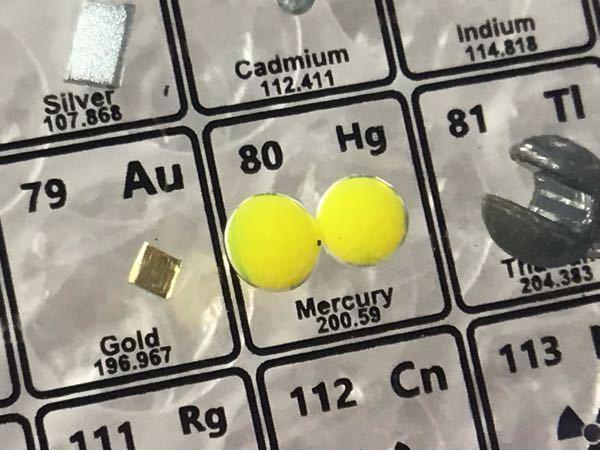 アクリル周期表買ったら水銀がなんか黄色でした。なんででしょうか?
