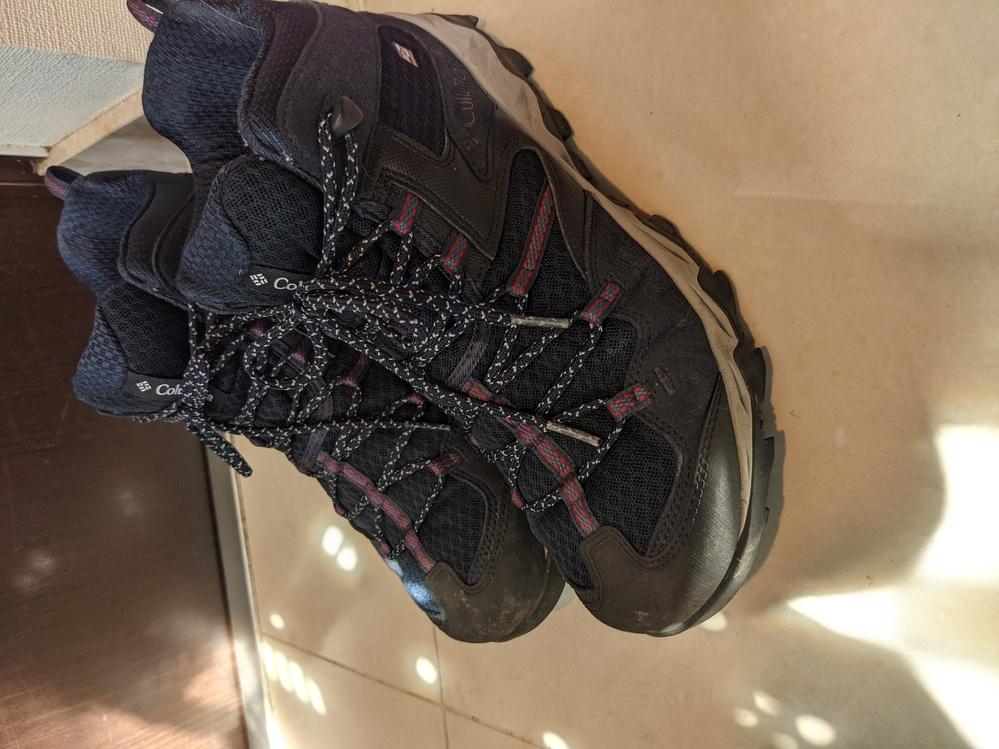 富士山にハイキングシューズで登れますか? 1ヶ月半後に1泊ガイド付きツアーで富士山登頂来光ツアーに参加します。吉田ルートにて。 当初昔の登山靴で行こうと思ったら、経年劣化で靴底が剥がれる危険性が大きいと知恵袋でアドバイス賜りまして、代わりに昨年買ったハイキングシューズ(コロンビア セイバー4ミッド)で行こうか悩んでます。 ざっくりネット情報を見ると、運動靴で登頂した人いれば、ハイキングシューズは靴底が柔らかく硬い登山靴を勧める人もいたり諸説ありますね。 もちろん人それぞれでしょうが、同じ靴や似たようなハイキングシューズで富士山登頂された方やアドバイスいただける方いれば助かります。 学生時代縦走中心に登山にあけくれ百名山は半分くらい、でも本格的な登山は15年ぶりのアラフィフオヤジです。