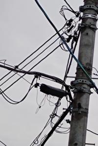 家の近くの電柱ですけど この黒いボックスみたいなものはなんですか?  いろいろ線がありますがそれも勉強のため 教えてください