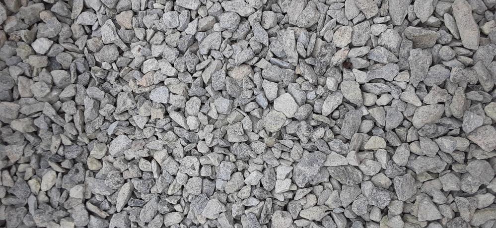コンクリートを引くために下地作りをしています。 ネットで調べながら探り探りなのですが今日砕石をホームセンターで自分で積めて持ち帰るものを引いたのですが、改めて見ると引く石を間違えたかもしれません。わかる方確認していただけませんでしょうか。あとこの採石の下に路面材ひいたのですがまずかったでしょうか?