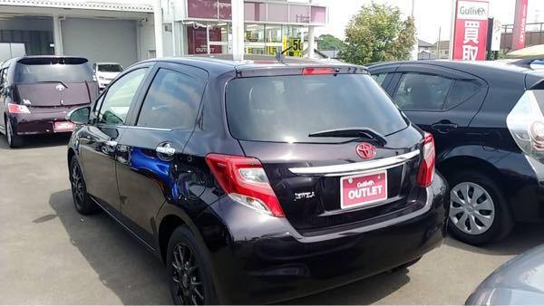 この車の詳細を教えて下さい。 年式、燃費、カラー等 中古屋さんに行けなくて困っています。 よろしくお願いします。 トヨタ車のVitzです。