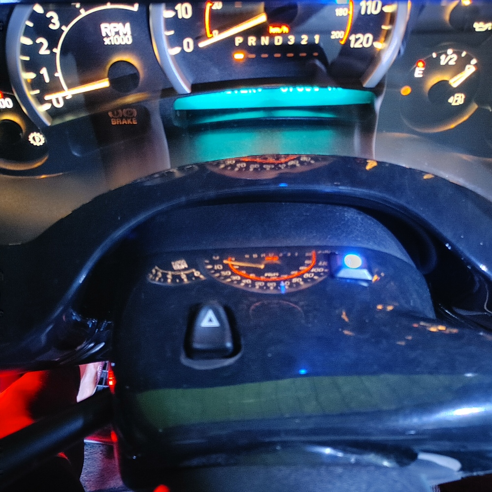 ハマーH2なんですがエンジン停めて鍵しめて置いておいたらフォグが何分かおきに点滅してます。 中に乗ってると中ではウィンカーのカチカチと同じ音がなってフォグが点滅します。 ハンドルの前に青いLEDも点滅してます。 わかるかたいますか? セキュリティーでしょうか?