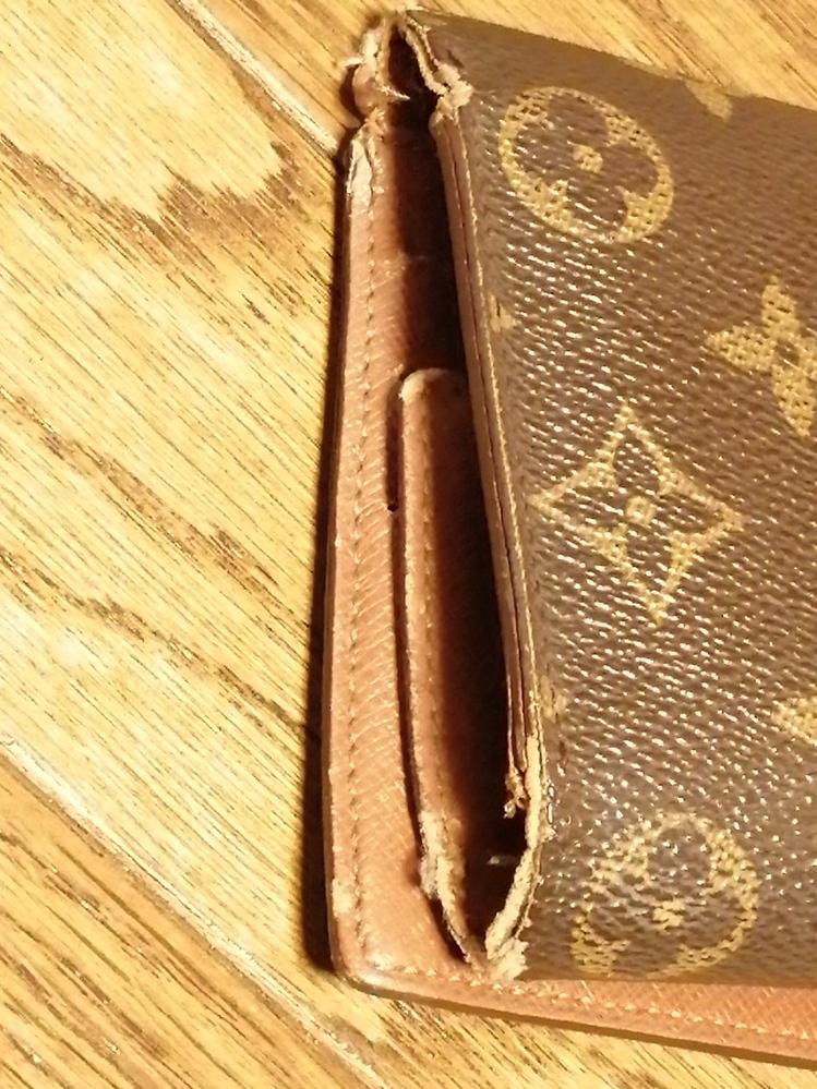 ヴィトンの財布を長年愛用してます。端っこがボロボロになってきました。ここまで削れたけどお直し出来るてしょうか。 おいくらくらいかかるのかしら……