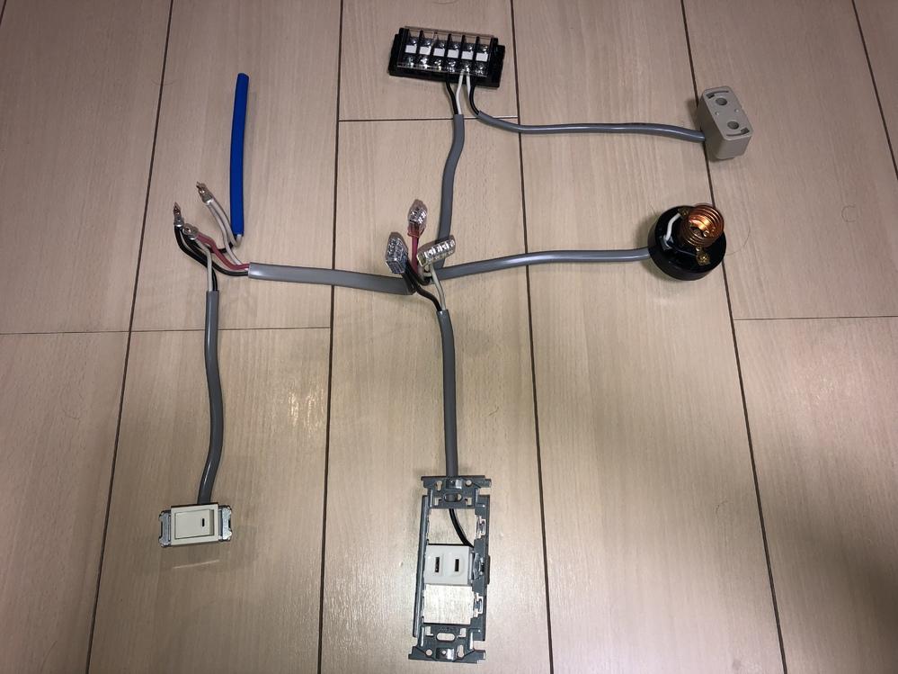 2種電気工事士の技能試験の作品はどれだけ整えて並べたらいいですか? ご存知の方教えてください。試験に向けて練習していますが、テキストをみるととてもキレイにしてあります。 試験ではこのくらいでいいのでしょうか?