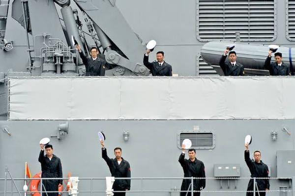 海上自衛隊や各国の海軍で帽振れがありますが、風などで帽子が飛ばされませんか? もし飛ばされたらめっちゃ起こられますかね?笑