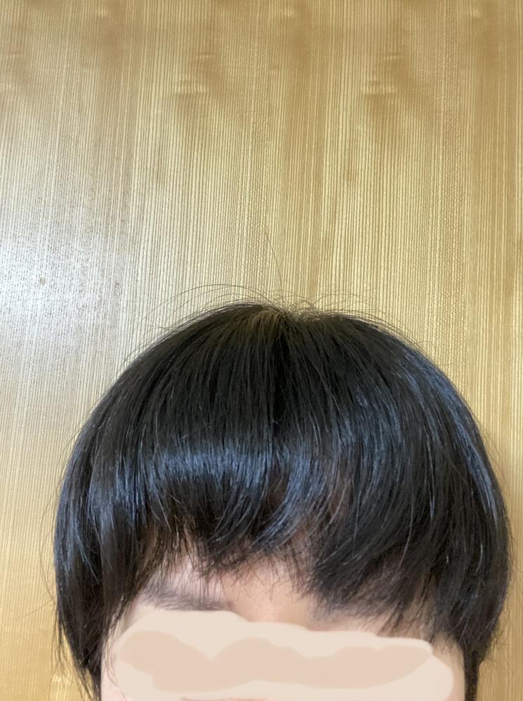 30代女性です。いつも前髪に悩んでいます。 添付した写真の通り毛先がバラバラで、汚らしく見えます。いつもオイルやバームを使ってまとめたり、たまにコテを使って巻いたりもしますが効果は薄いです。 美容室も月1回行っており、美容師さんがカット後にセットしてくれると多少マシになりますが、今の髪型自体の分け目が安定せず中々自分で再現できません。 パッツンにしたらマシなんでしょうけど、年齢的に痛くなりそうで…。 伸ばした方が良いんでしょうか?おすすめの髪型やカットの指示方法ありませんか? ちなみに髪質は剛毛、癖毛、量が多いです。今ショートカットで爆発してるので、明日縮毛矯正へ行きます。