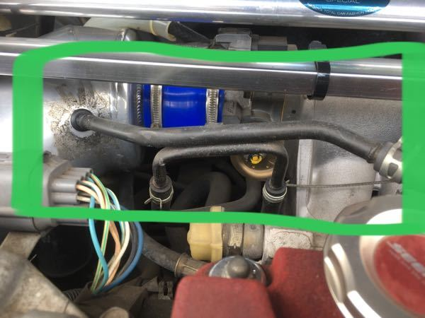 ホンダ車の配管に関する質問です。 エンジンルーム内でエンジンカバーから出てるパイプ(ブローバイガス?)と下の方から来てまた下の方に行くラジエターのパイプが密着してるんですが、これはこの位置に固定するだけのためでしょうか?それともパイプ間で熱交換させる狙いがあるのでしょうか?