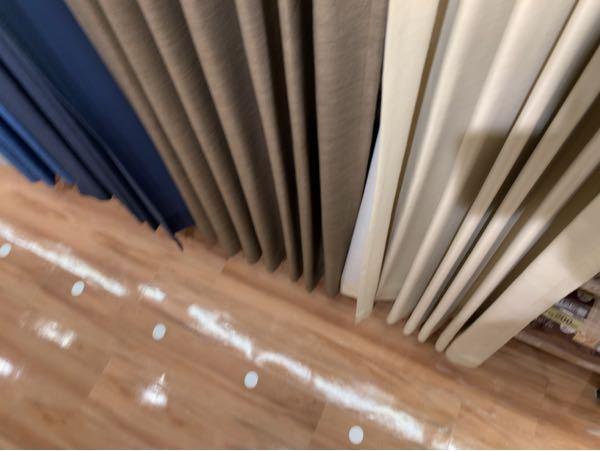白基調の家具の6畳の部屋だったらどの色のカーテンが良いのでしょうか?床は白がかった薄い茶、クローゼットはただの薄い茶色です(全てつや消し)。