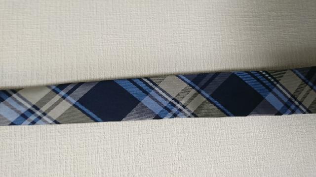 就活用のネクタイの柄について質問です。 私は医療機器および化学繊維メーカーを志望している理系就活生です。 ESや説明会用にブルー系の落ち着いた色でストライプ柄のネクタイを新しく買うべきかどうか悩んでいます。 今持っているブルー系のネクタイは下の写真のもののみです。 就活にチェック柄のネクタイは派手すぎでしょうか? スーツは黒色無地です。 スーツ量販店ではフレッシュなイメージを与えるので問題なさそうと言われたのですが、ストライプやドットが無難との情報をネットで見たので悩んでいます。 人事担当をしたことがある方や就活経験のある方のご意見を伺いたいです! よろしくお願いします。